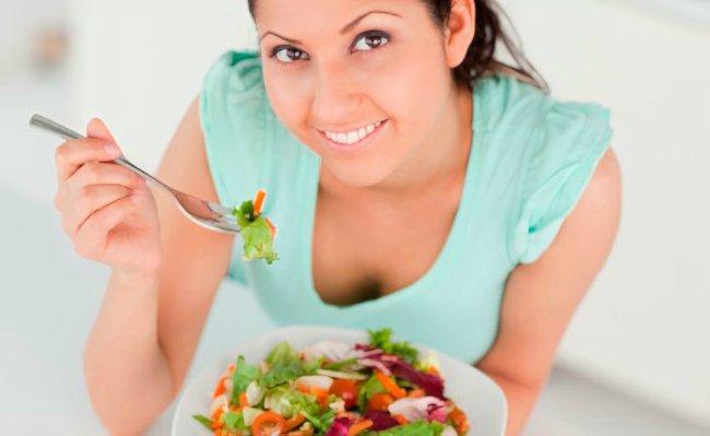 девушка со свежим салатом